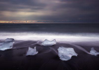 jokulsarlon-beach-icebergs